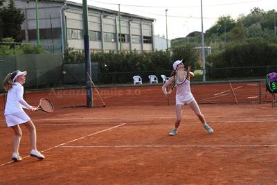 Tennis Under 14 – Il momento di un incontro di doppio femminile
