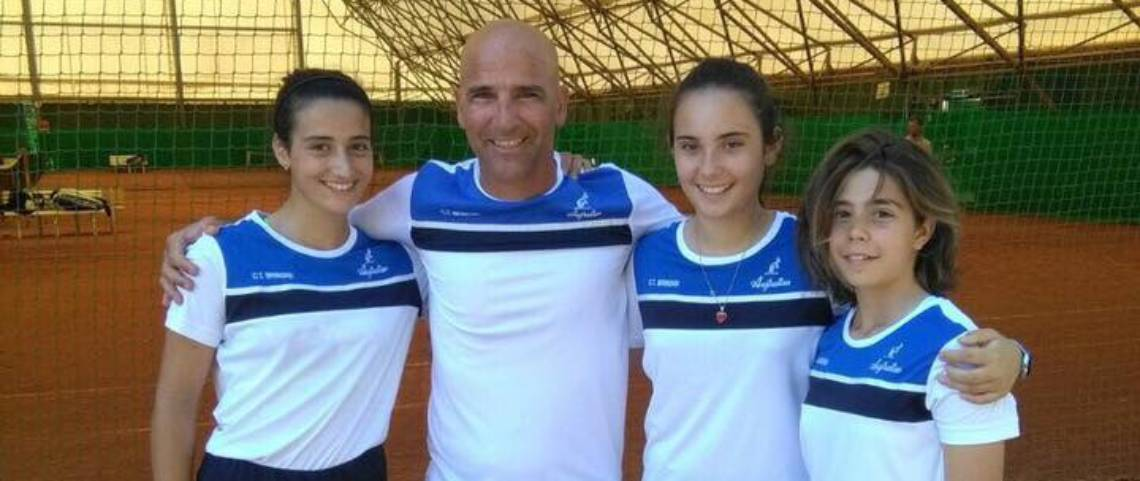 La squadra under 14 femminile del C.T. Brindisi con il Maestro Ciampa