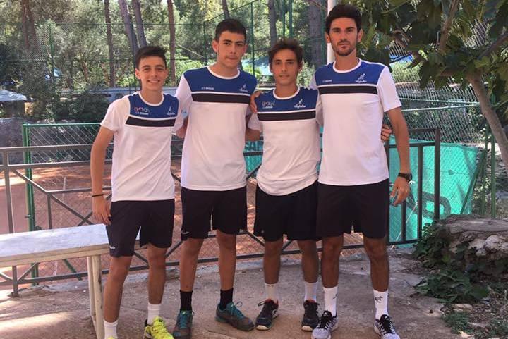 La squadra under 16 maschile del C.T. Brindisi con il Maestro Vito Tarlo